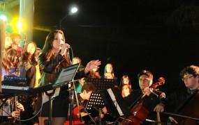 Yanina Hernández cantó con la orquesta