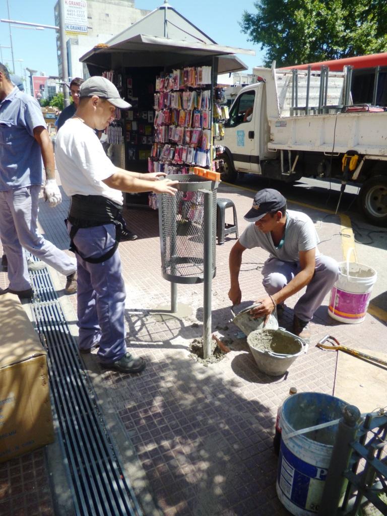 Colocación de cestos para basura en la Av. Perón