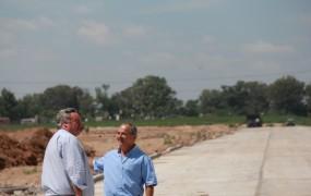 Joaquín recorrió el avance de obras del parque industrial junto a Carlos Pilato