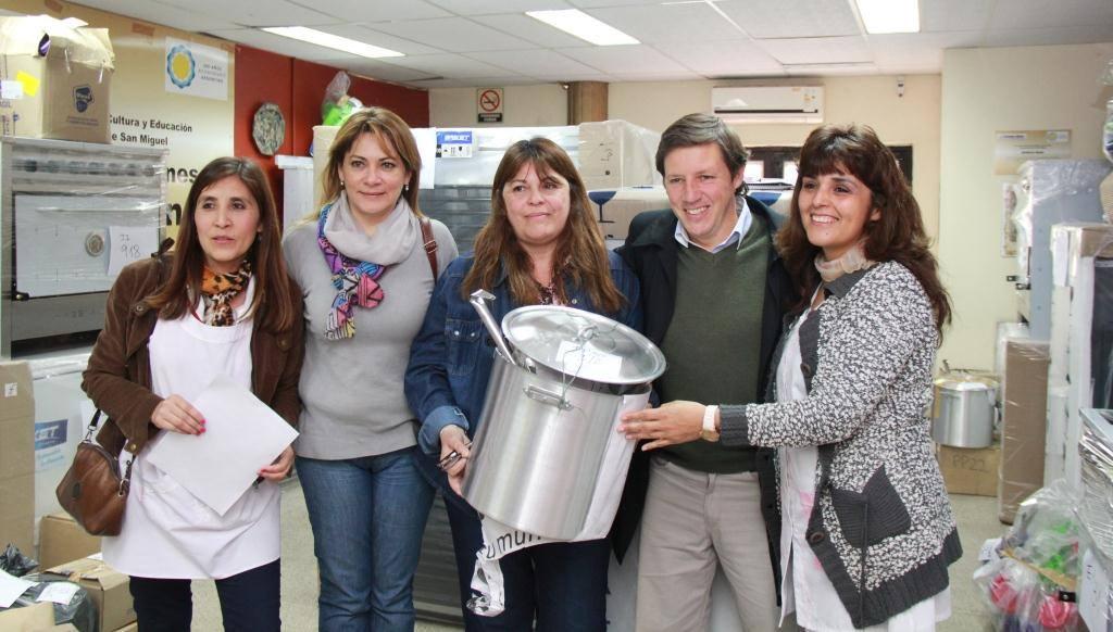 Jaime Méndez entregó equipamiento para comedores escolares de San Miguel